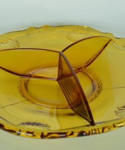 Drievaks-schotel amberkleurig glas met bloem- of schelpmotief
